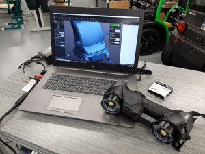 O escâner 3D da série HandySCAN 3D BLACK em um laptop exibindo a digitalização 3D de um veículo elétrico no VXelements