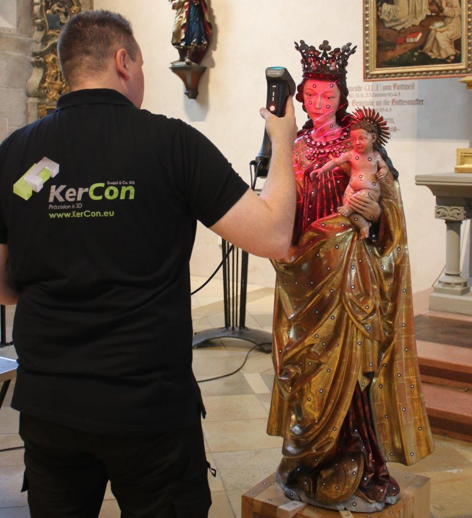 KerCon employee using HandySCAN 3D to scan the Madonna of the Turning Eyes