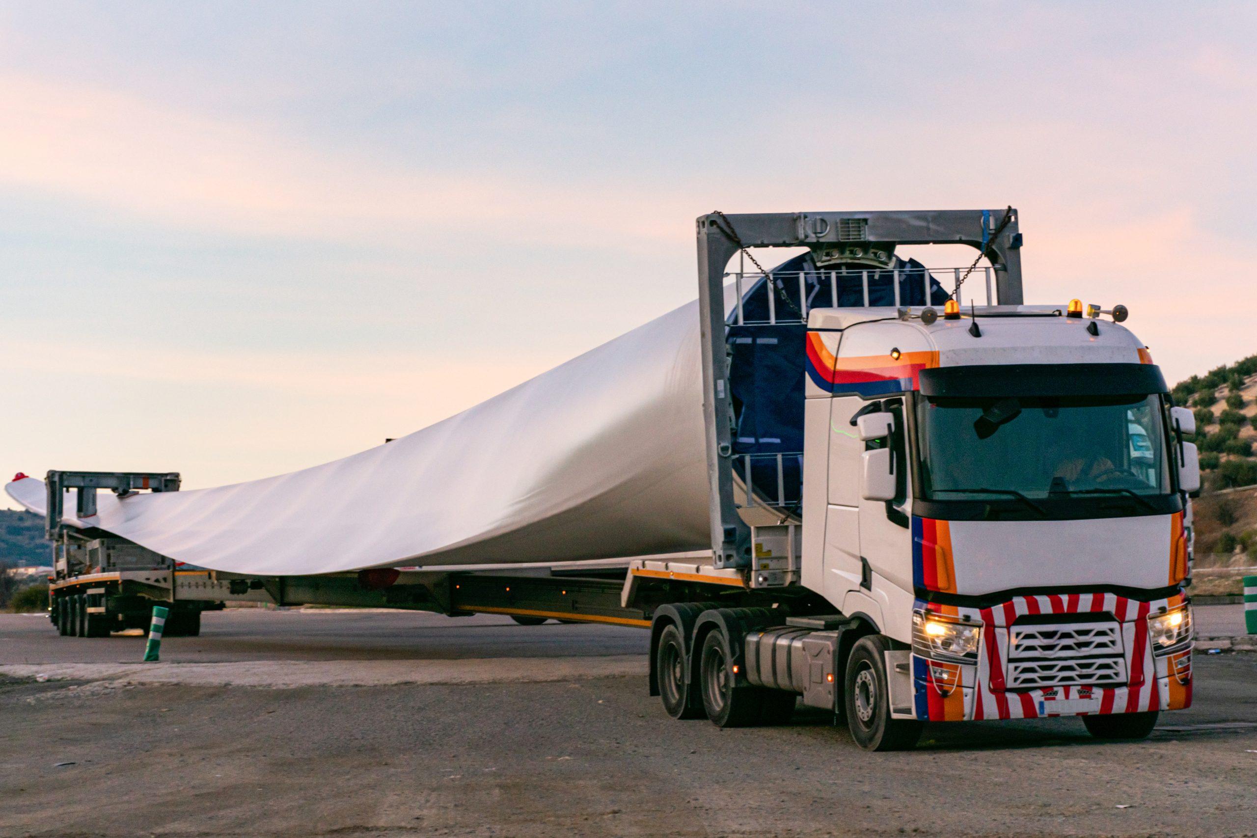 Transporte de uma grande hélice em um longo caminhão após a inspeção de controle de qualidade