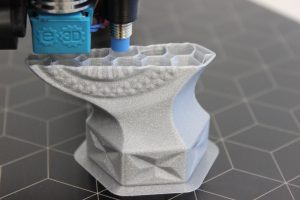 Impressora 3D em processo de impressão de uma réplica 3D de uma obra de arte em vidro