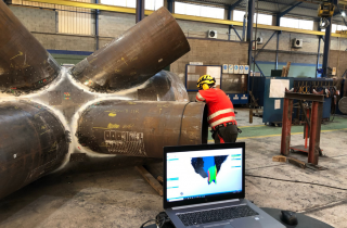 Innerspec employee doing welding inspection on pipe with Go!SCAN 3D while seeing instant result on laptop