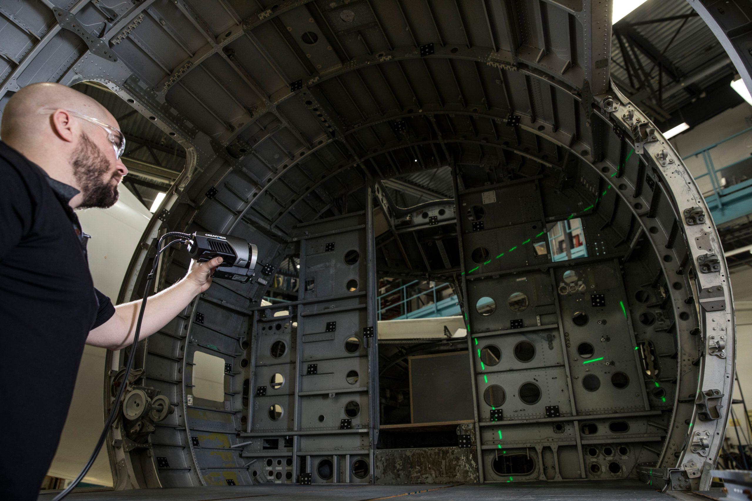 MaxSHOT 3D, système optique de mesure de coordonnées, utilisé pour inspecter une pièce métallique volumineuse détaillée