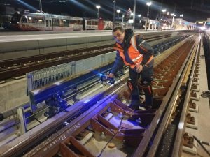 Employee on railway using HandySCAN 3D BLACK scanner to measure the transfer system